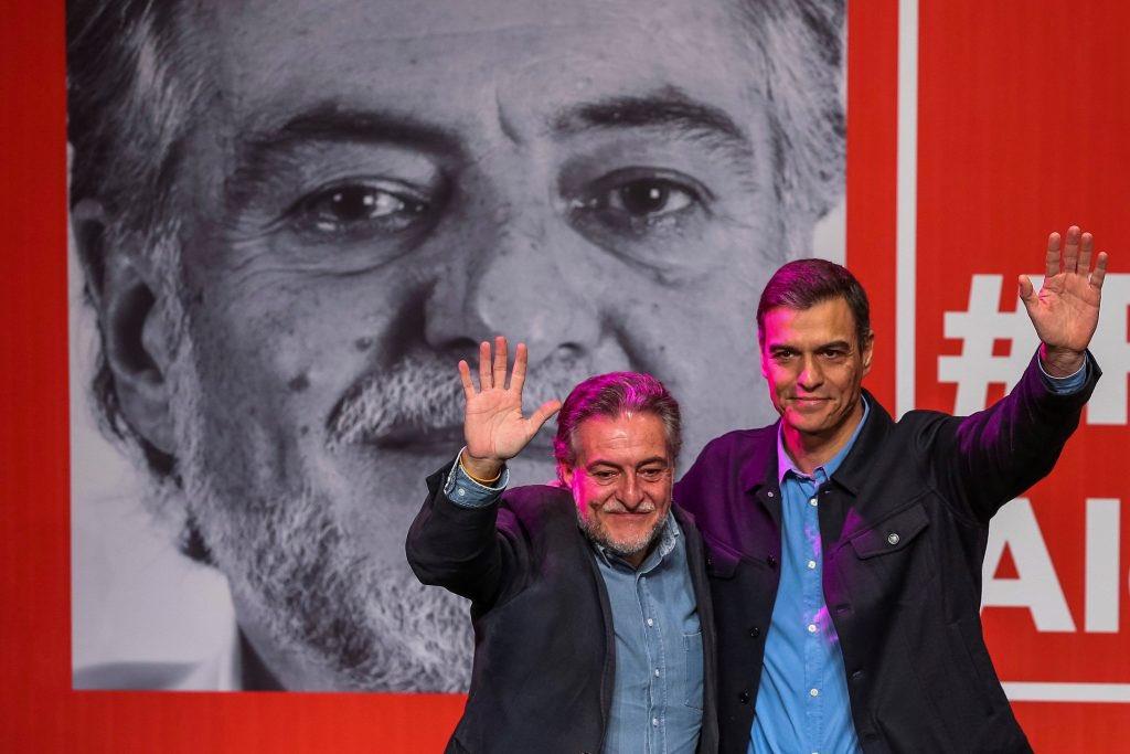 #PepuAlcalde Presentación de la Precandidatura a la Alcaldía de Madrid de Pepu Hernández en Teatro La Latina saludando con Pedro Sánchez